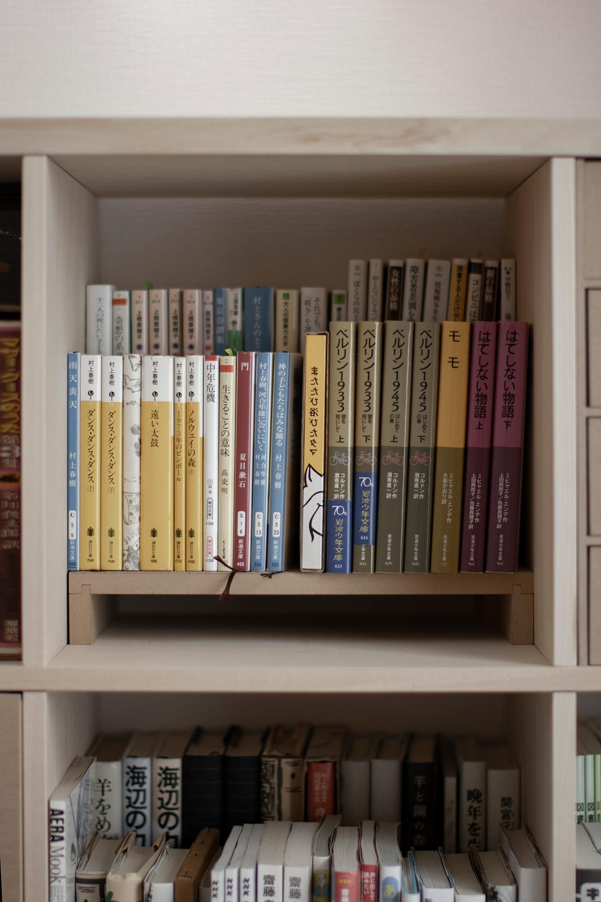 寝室の窓を生かした自然な配置   壁一面の本棚 奥行350mm ロータイプ / Shelf (No.15)   マルゲリータ使用例