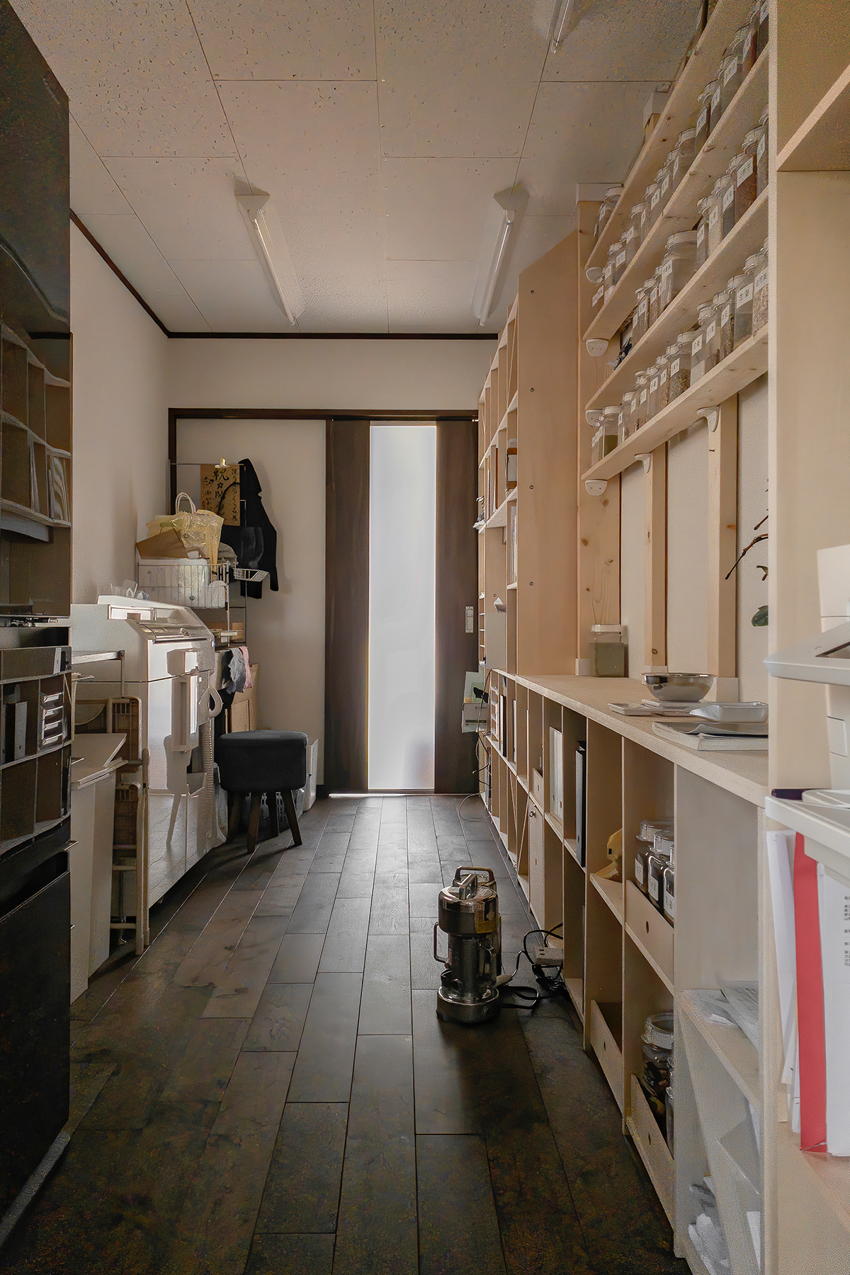 漢方薬局の調剤室に   開口部のある本棚 / Shelf (No.17)    マルゲリータ使用例 シンプル おしゃれ 部屋 インテリア レイアウト