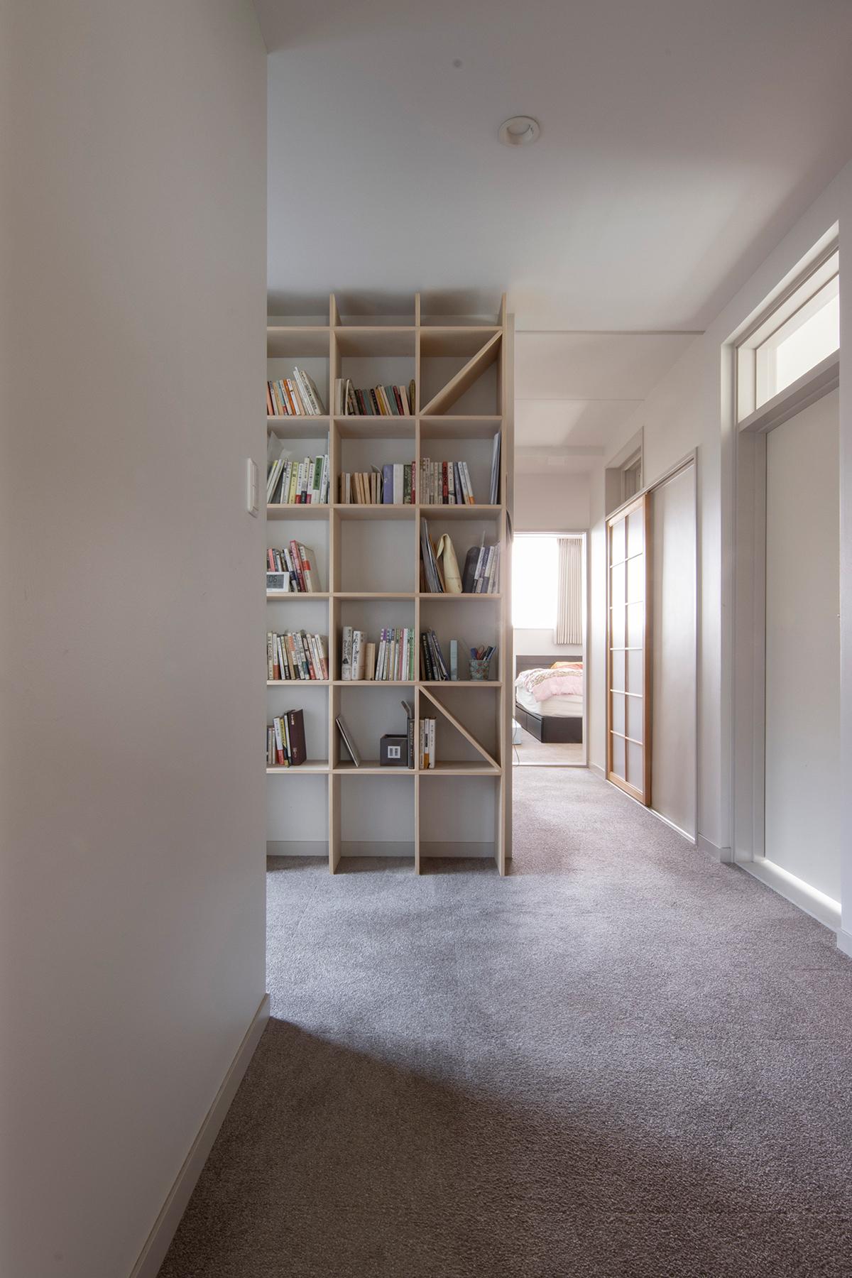 2階の広い廊下に | 壁一面の本棚 奥行250mm / Shelf (No.87) | マルゲリータ使用例