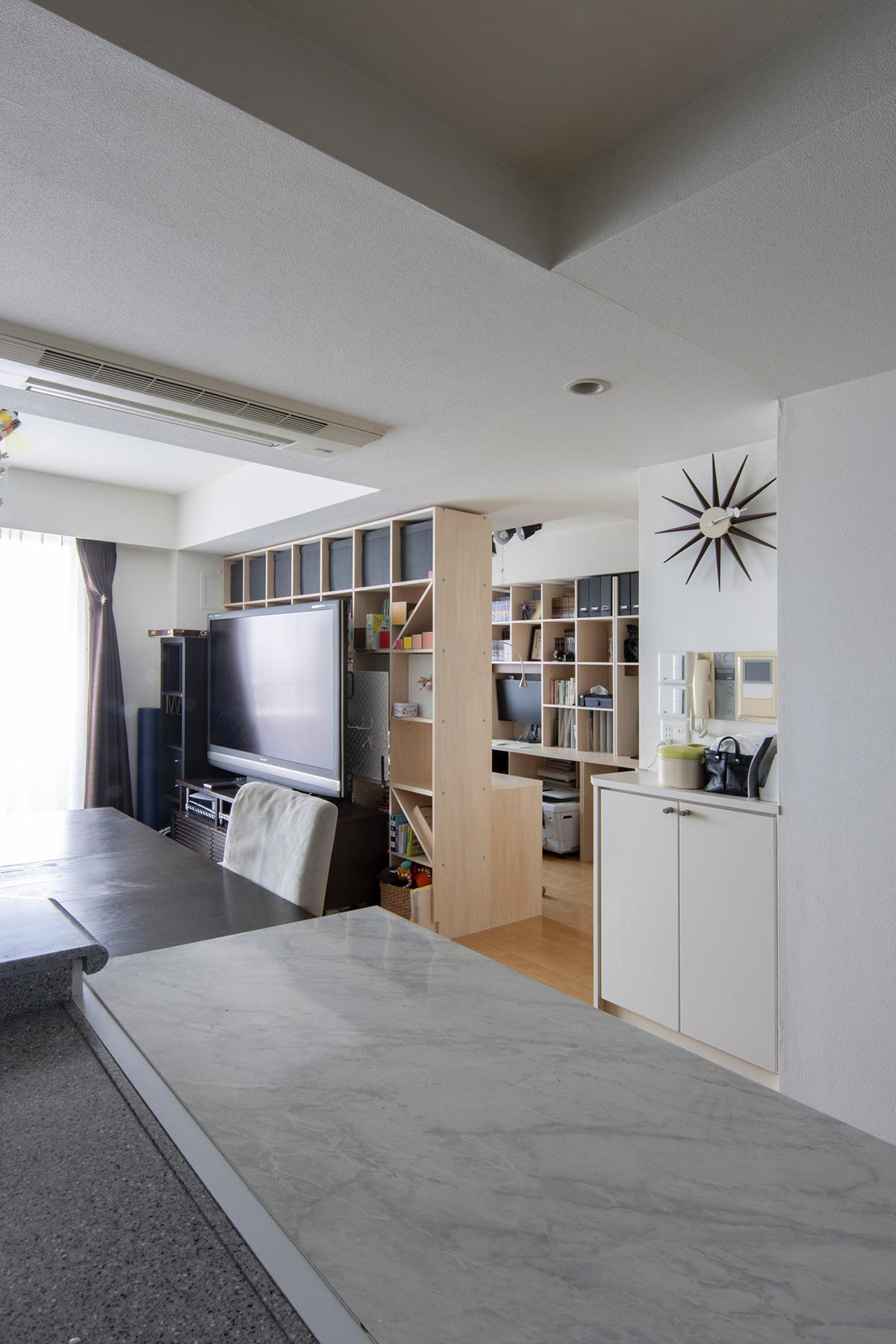 リビングの一角を間仕切り仕事場と勉強部屋に | カウンター付き本棚 / Shelf (No.41) | マルゲリータ使用例