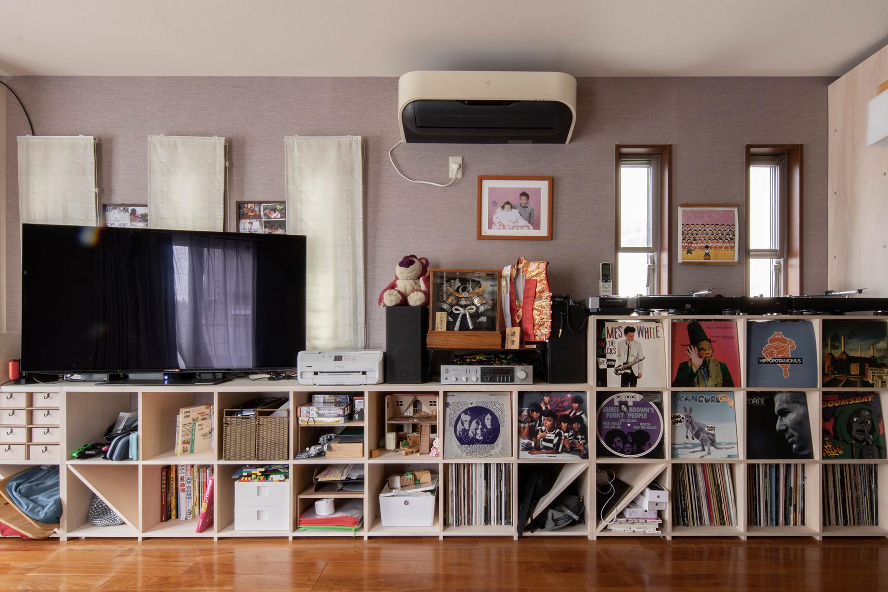 部屋の機能を損なわずにコンパクトに纏める | 壁一面の本棚 奥行350mm ロータイプ / Shelf (No.16) | マルゲリータ使用例 シンプル おしゃれ 部屋 インテリア レイアウト