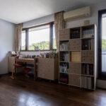 風景画の様な窓に面して   壁一面の本棚 奥行350mm / Shelf (No.124)   マルゲリータ使用例