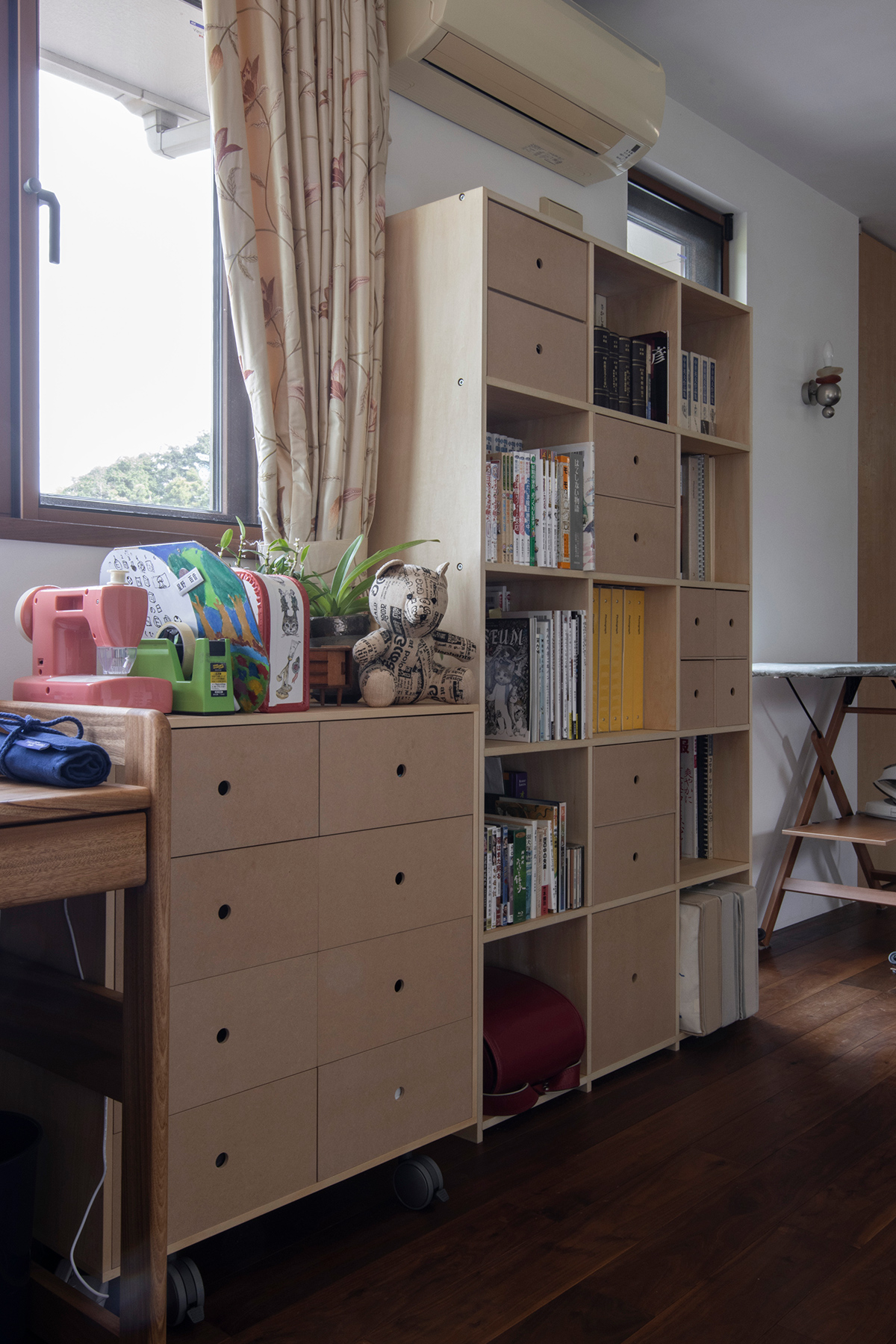 風景画の様な窓に面して | 壁一面の本棚 奥行350mm / Shelf (No.124) | マルゲリータ使用例
