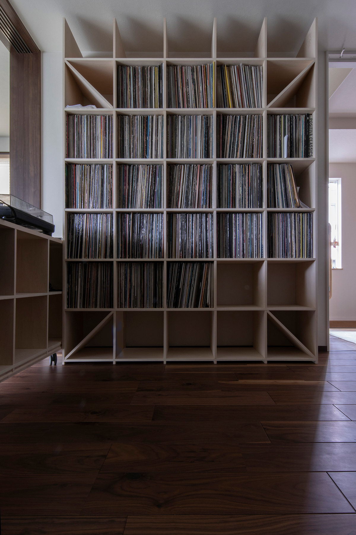 コンパクトに折りたためる音楽室   壁一面の本棚 奥行350mm / Shelf (No.126)   マルゲリータ使用例 シンプル おしゃれ 部屋 インテリア レイアウト