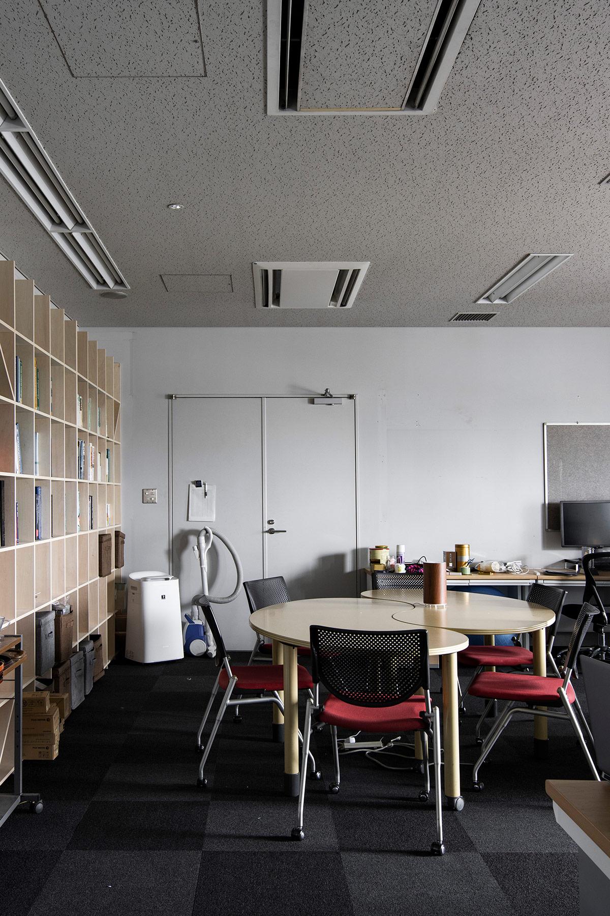 先端技術の大学研究室に | 壁一面の本棚 奥行250mm / Shelf (No.91) | マルゲリータ使用例 シンプル おしゃれ 部屋 インテリア レイアウト