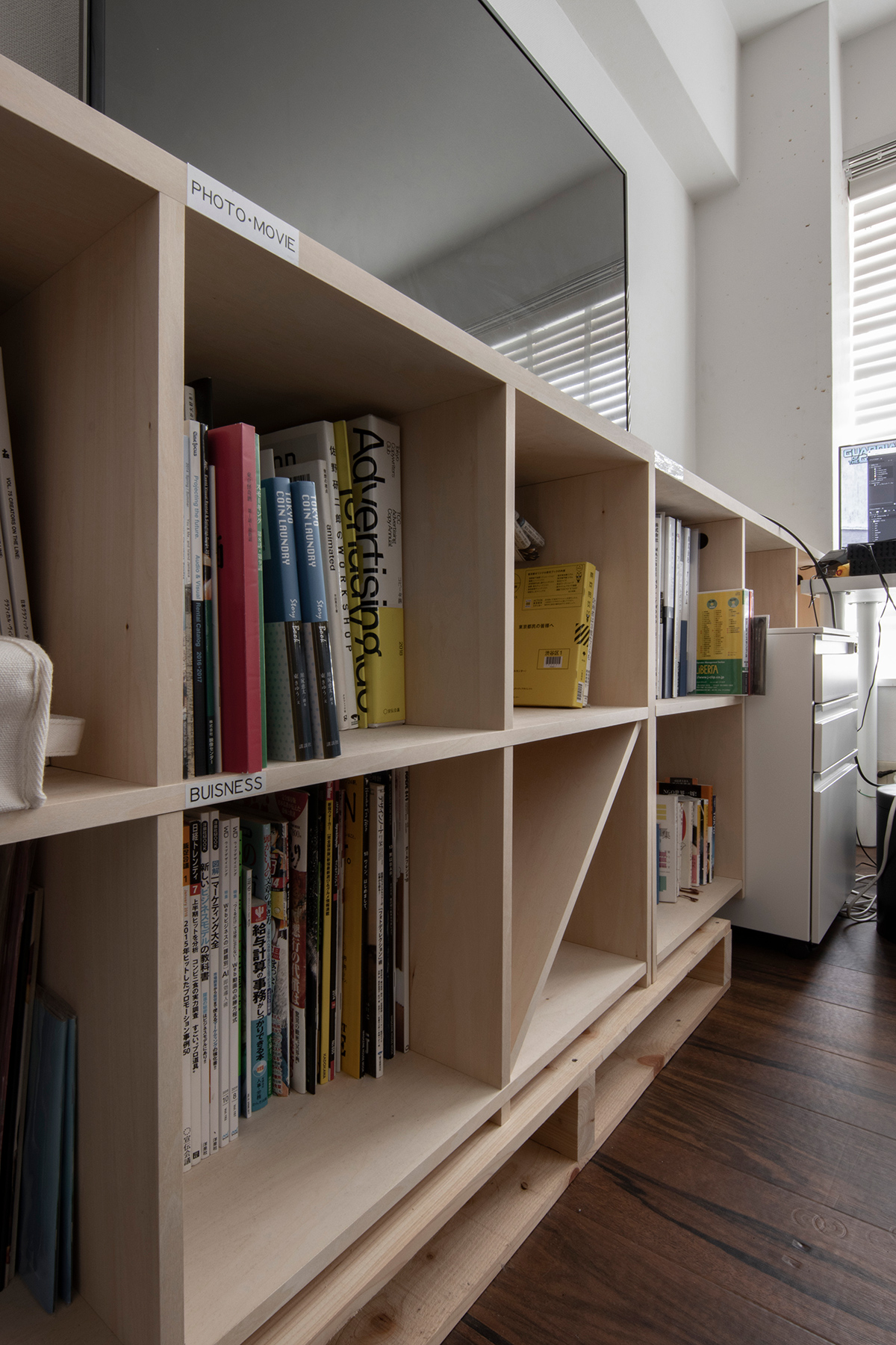クリエイティブな制作室に | 壁一面の本棚 奥行350mm ロータイプ / Shelf (No.17) | マルゲリータ使用例 シンプル おしゃれ 部屋 インテリア レイアウト