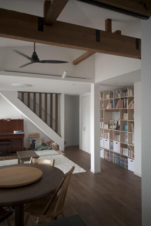 白を基調としたリビングの中に | 開口部のある本棚 / Shelf (No.16)  | マルゲリータ使用例 シンプル おしゃれ 部屋 インテリア レイアウト