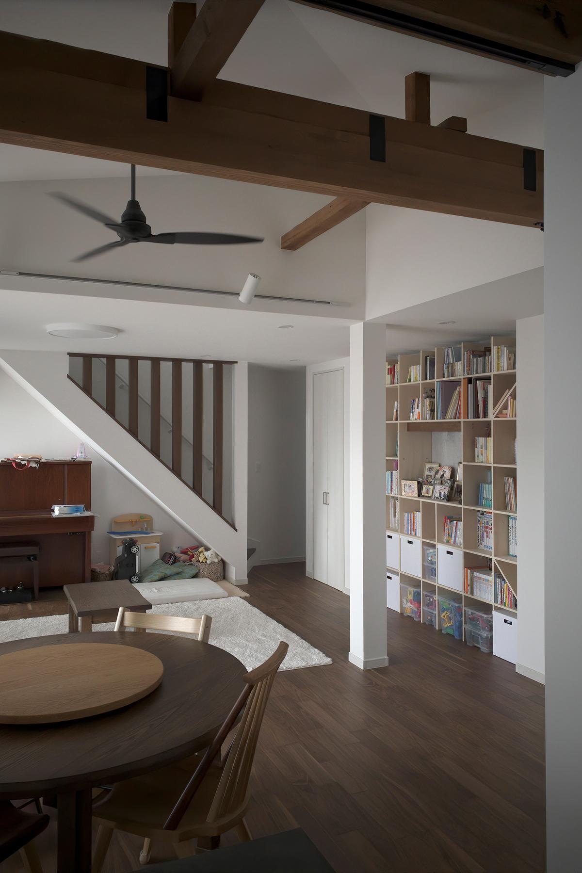 白を基調としたリビングの中に   開口部のある本棚 / Shelf (No.16)    マルゲリータ使用例 シンプル おしゃれ 部屋 インテリア レイアウト