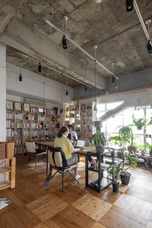WEB制作会社の制作拠点に | 壁一面の本棚 奥行350mm / Shelf (No.127)  | マルゲリータ使用例 シンプル おしゃれ 部屋 インテリア レイアウト