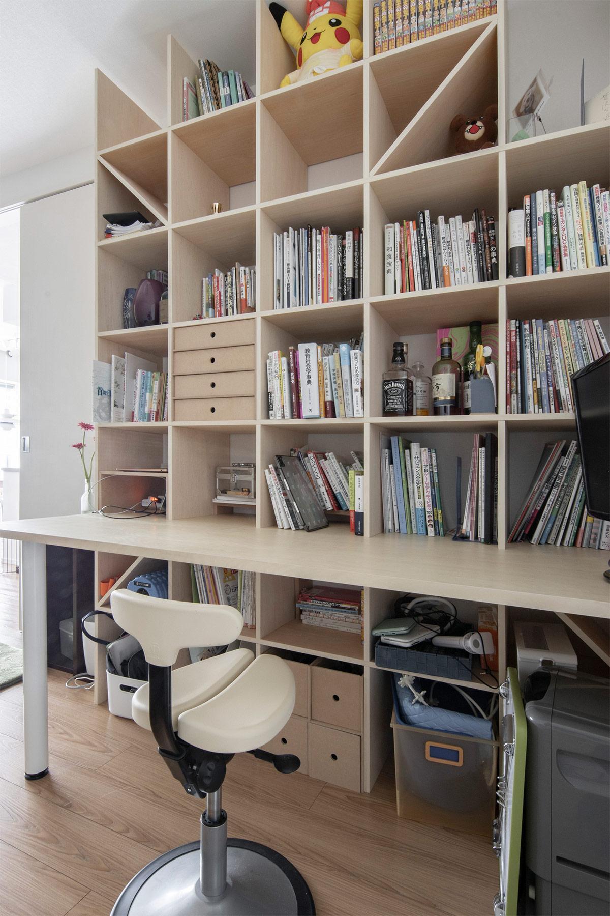 可動間仕切りで作られるリビングの一角に | デスク付き本棚 / Shelf (No.12) | マルゲリータ使用例