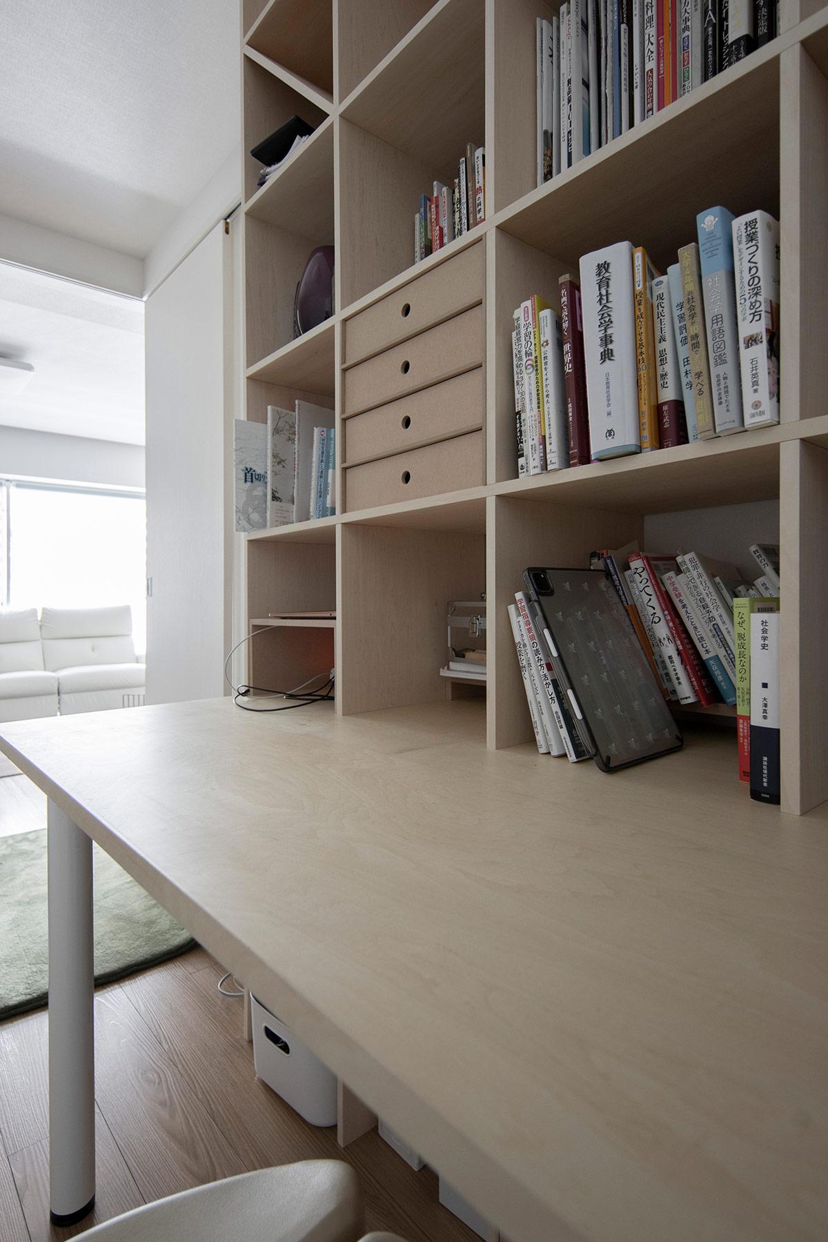 可動間仕切りで作られるリビングの一角に | デスク付き本棚 / Shelf (No.12) | マルゲリータ使用例 シンプル おしゃれ 部屋 インテリア レイアウト