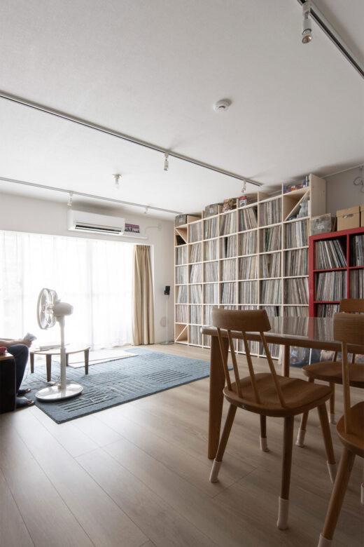 リビングの壁一面をアナログレコードで | 壁一面の本棚 奥行350mm / Shelf (No.129)  | マルゲリータ使用例 シンプル おしゃれ 部屋 インテリア レイアウト