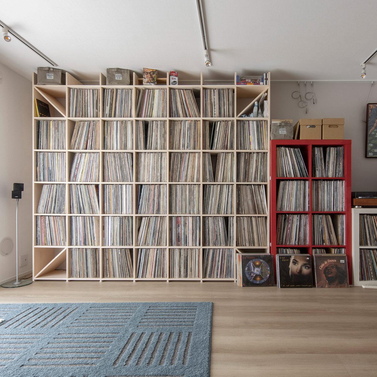 リビングの壁一面をアナログレコードで   壁一面の本棚 奥行350mm / Shelf (No.129)   マルゲリータ使用例 シンプル おしゃれ 部屋 インテリア レイアウト