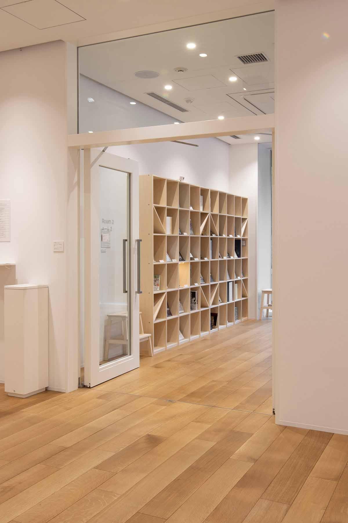 慶応大学アート・センター | 壁一面の本棚 奥行350mm / Shelf (No.131) | マルゲリータ使用例 シンプル おしゃれ 部屋 インテリア レイアウト