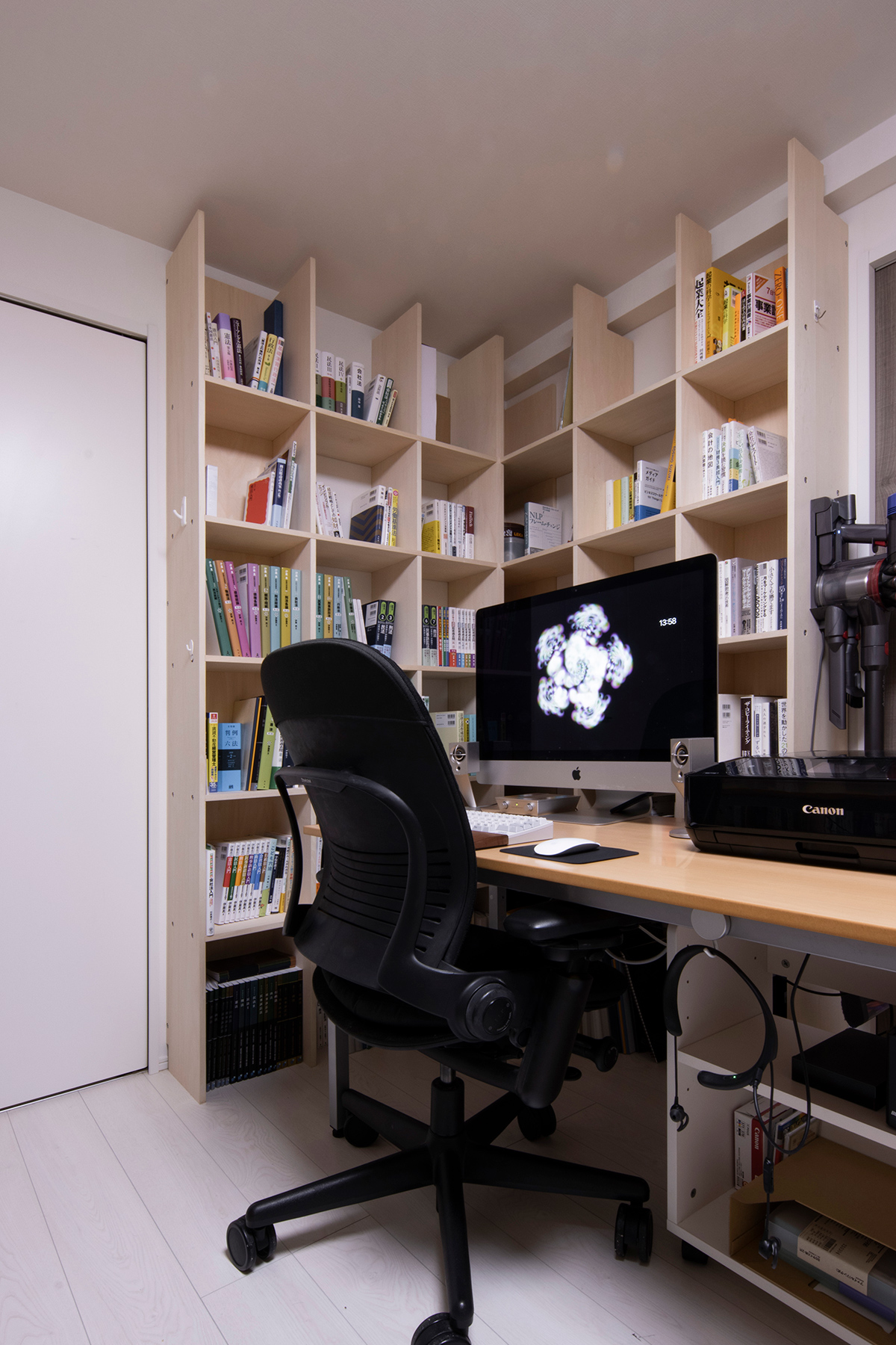開口部を生かしつつ4面の壁を本棚に   壁一面の本棚 奥行250mm / Shelf (No.90)   マルゲリータ使用例