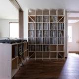 コンパクトに折りたためる音楽室 | 壁一面の本棚 奥行350mm / Shelf (No.126) | マルゲリータ使用例