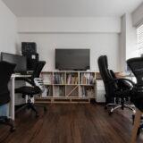 クリエイティブな制作室に | 壁一面の本棚 奥行350mm ロータイプ / Shelf (No.17) | マルゲリータ使用例