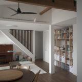 白を基調としたリビングの中に | 開口部のある本棚 / Shelf (No.16) | マルゲリータ使用例
